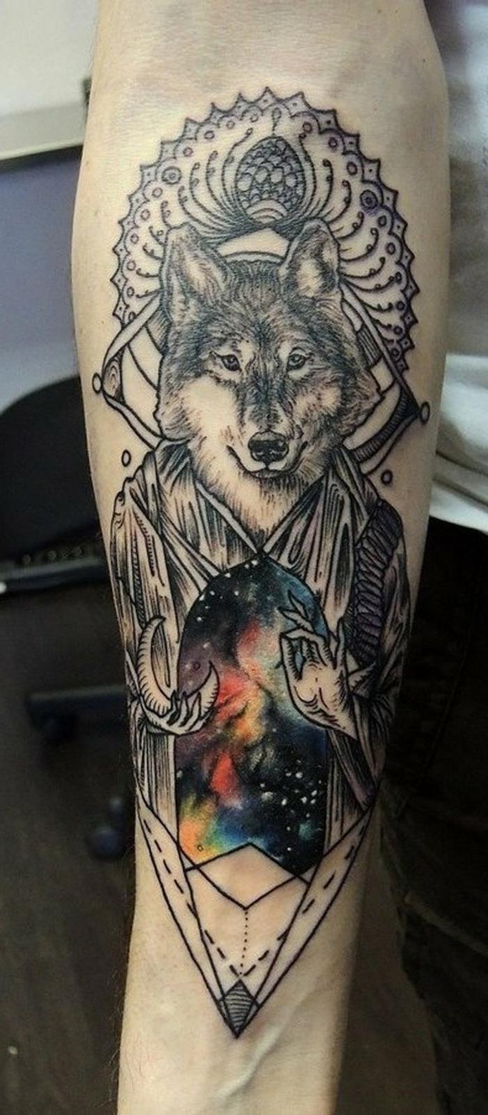 mejores tatuajes, tatuaje surrealista en el antebrazo, lobo mago colgando la luna, ropa de colores espaciales