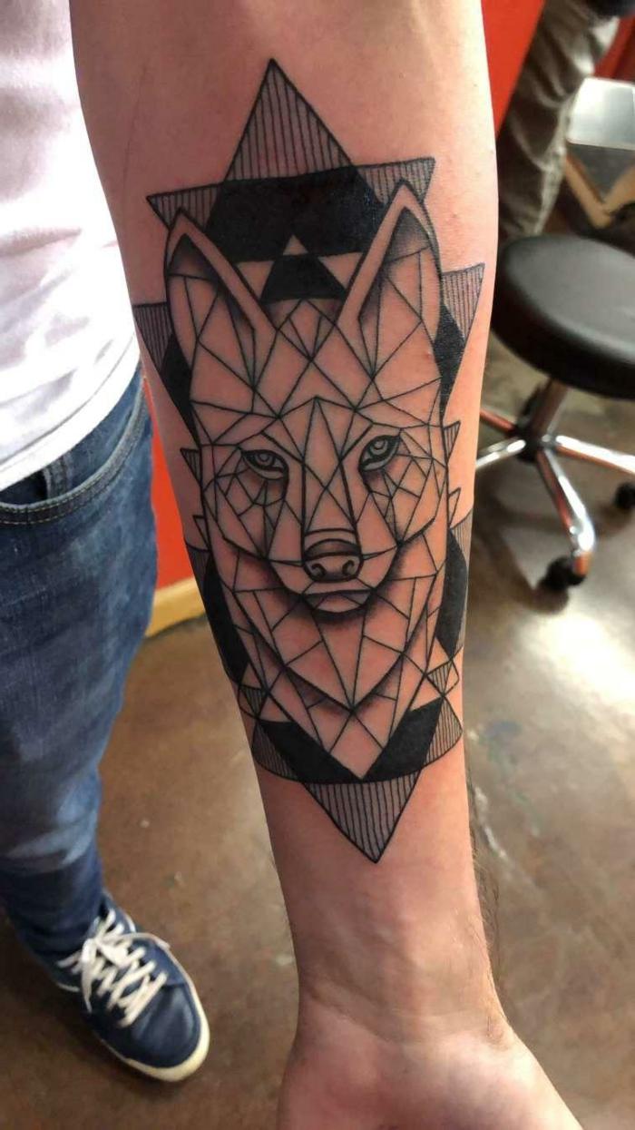 mejores tatuajes,tatuaje de antebrazo hombre, estilo geométrico 3d, triángulos entrelazados, blanco y negro