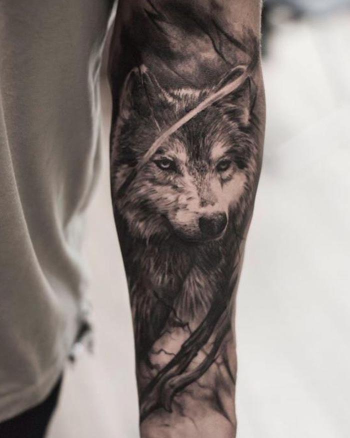 tatuaje lobo, tatuaje en el antebrazo hombre, estilo realista, cabeza de lobo en blanco y negro