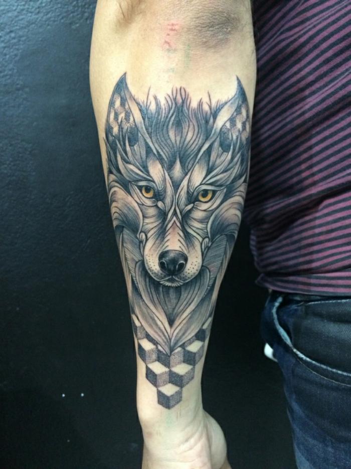 tatuaje hombre, tatuaje surrealista en el antebrazo hombre, cabeza grande de lobo con ojos amarillos