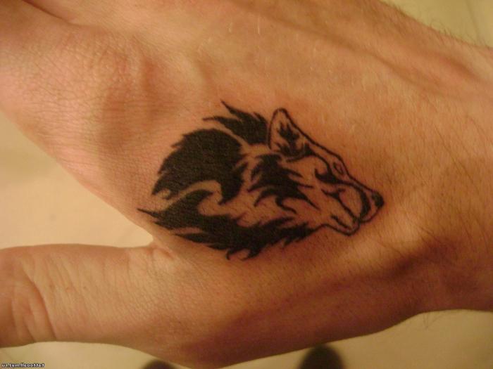 tatuajes de animales, tatuaje minimalista en la mano para hombres, cabeza de lobo en negro