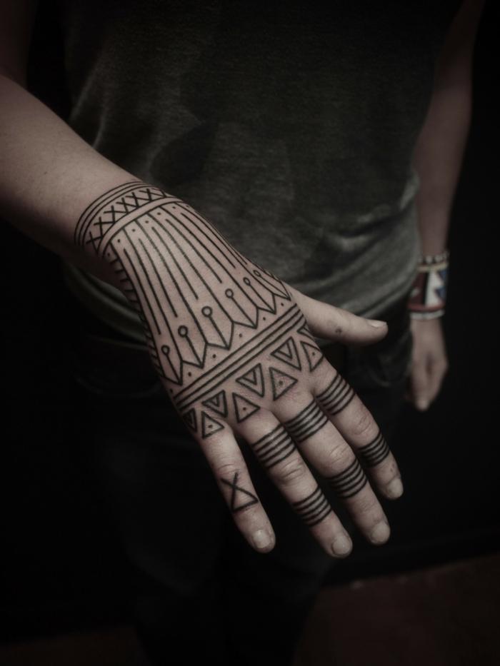 tatuajes en la mano, tatuaje polinesio negro en la, muñeca, la mano y los dedos, tatuaje tipo anillo triple