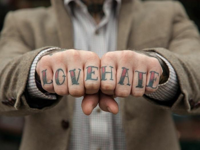 tatuajes dedos, idea de tatuaje de letras en los dedos para hombres, estilo oldschool en negro y rojo, amor y odio