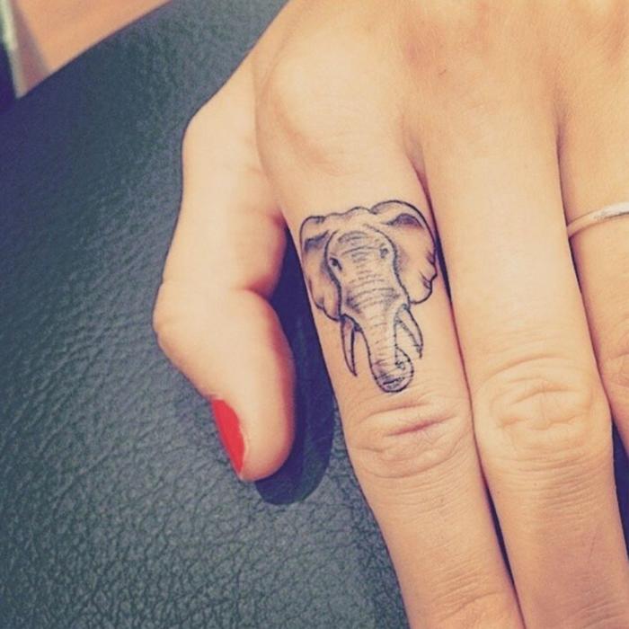 tatuaje corazon, tatuaje pequeño para mujer, cabeza de elefante en el índice, anillo de plata, esmalte rojo