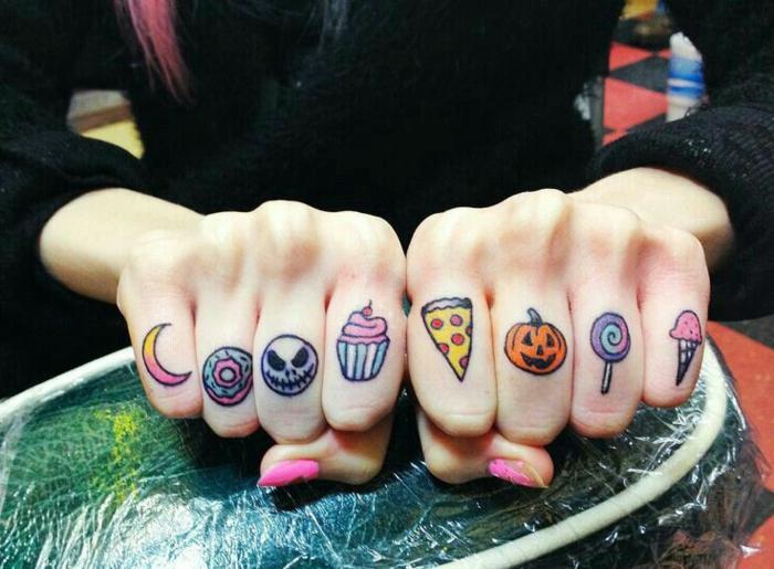 tatuaje corazon, tatuaje colorido para mujer, dedos tatuados con dulces de color, calabaza de halloween, luna, helado y piruleta