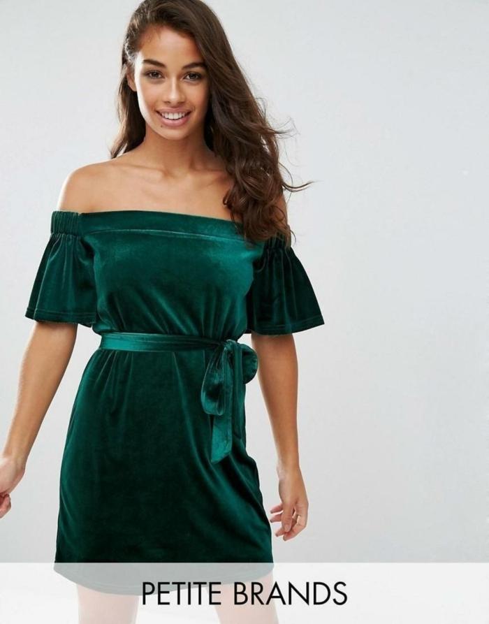 vestidos de noche, vestido elegante de terciopelo en verde, vestido con hombros descubiertos ajustado en el cinturón