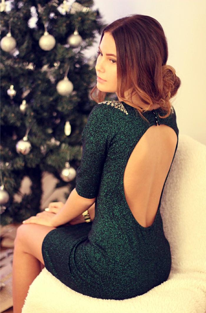 nochevieja 2017, brillo en verde, vestido corte con espalda descubierta, piedras decorativas en los hombros, pelo recogido elgante