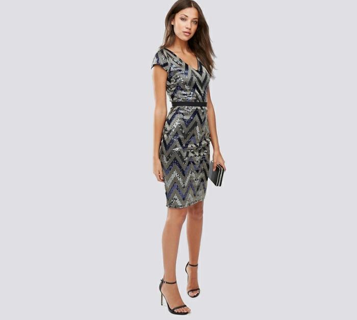 vestidos de fiesta baratos, vestido corto ajustado con mangas cortas y escote en V, zapatos con correas finas