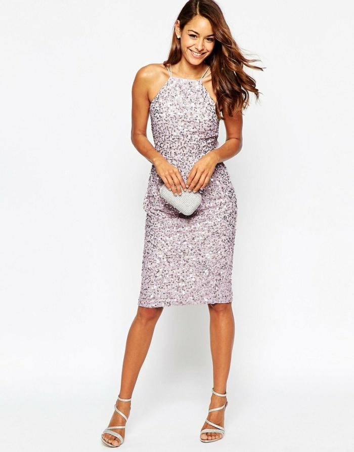 nochevieja 2017, vestido en color lila con muchas lentejuelas, zapatos con correas cruzadas finas, pelo largo ondulado