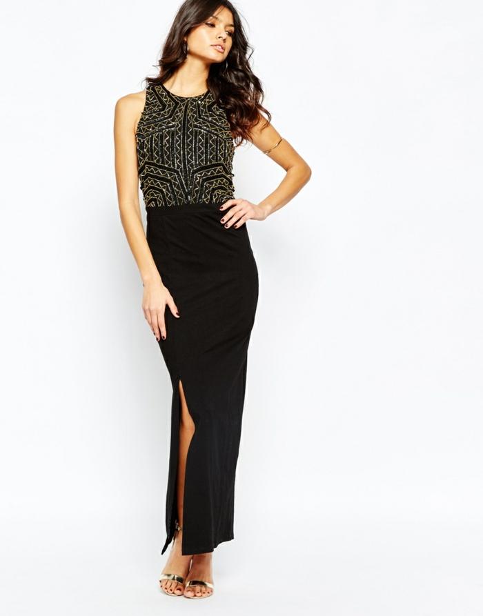 nochevieja 2017, vestido negro sin mandas, falda con hendidura, pulsera en el brazo, pelo suelto rizado