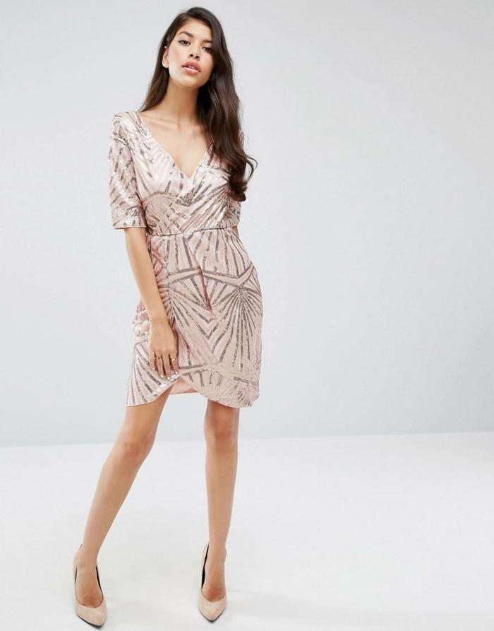 vestidos fin de año, vestido con toque romántico, falda asimétrica, color rosado con motivos en plata