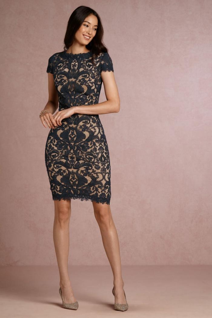 vestidos fin de año, vestido corto en beige con elementos florales, mangas cortas, pelo largo suelto