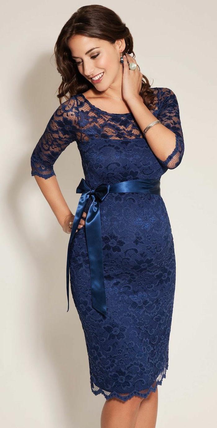vestidos invitada boda, vestido de encaje en azul oscuro, cinta en la cintura de satén, joyas de plata, pelo suelto rizado