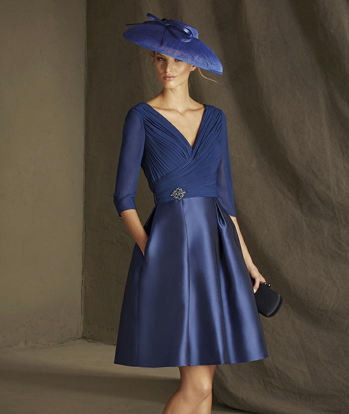 vestidos invitada boda, outlook sofisticado para ir a una boda más formal, sombrero muy chic en azul, vestido de satén