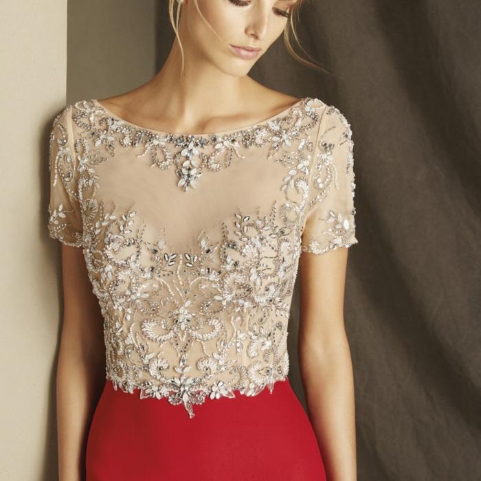 vestidos invitada boda, elegante propuesta en beige y rojo con mangas largas, parte superior con ornamentos plateados