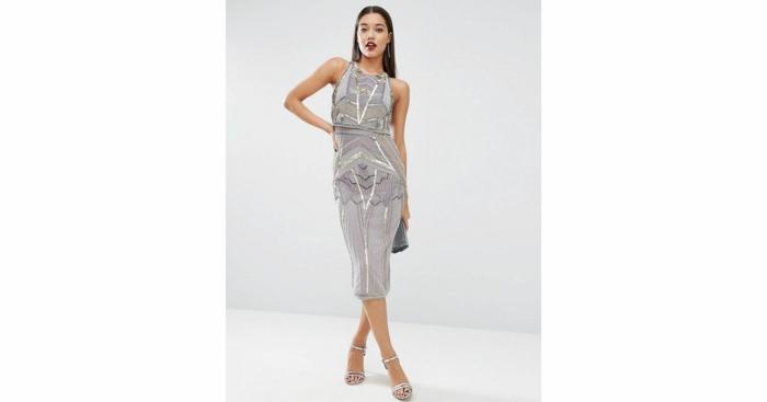 vestidos largos de fiesta, vestido en plateado sin mangas, ornamentos geométricos, zapatos delicados, pelo largo alisado
