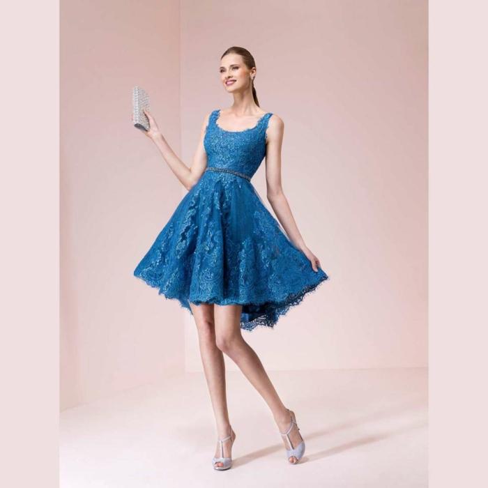 vestidos para bodas de dia, vestido corto de encaje en azul saturado, vestido en forma de campaña, accesorio brillante color plata