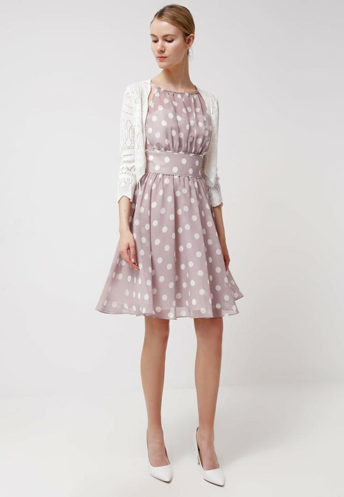 vestidos para bodas de dia, propuesta refinada de vestido en color rosa con estampado de lunares, pelo recogido