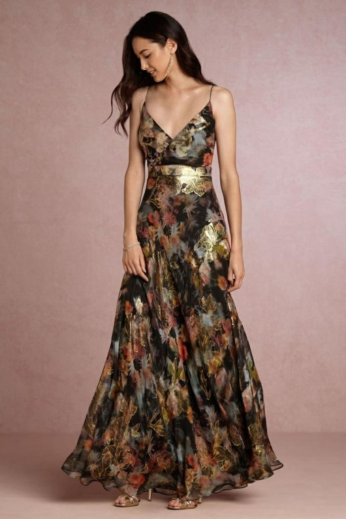 vestidos para bodas de dia, vestido largo de estampado original en tonos oscuros, detalles en dorado