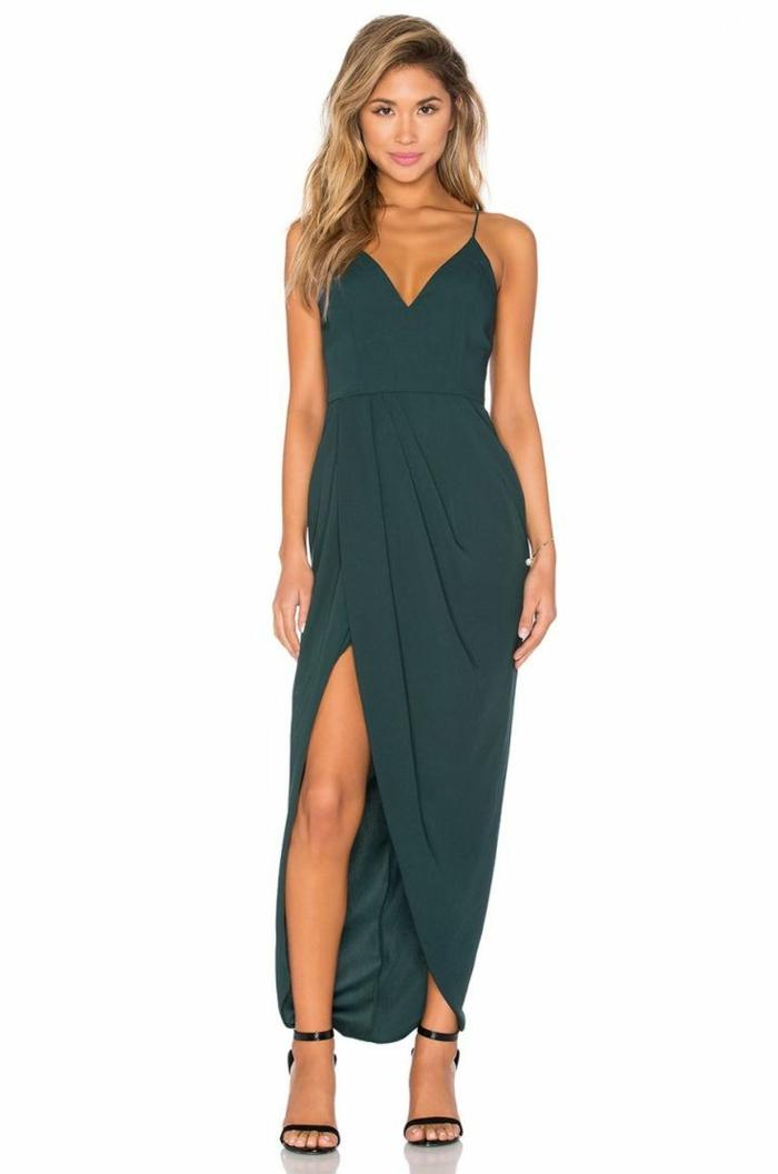 vestidos para bodas de dia, idea glam para ir de boda, vestido largo en verde con grande hendidura, pelo suelto