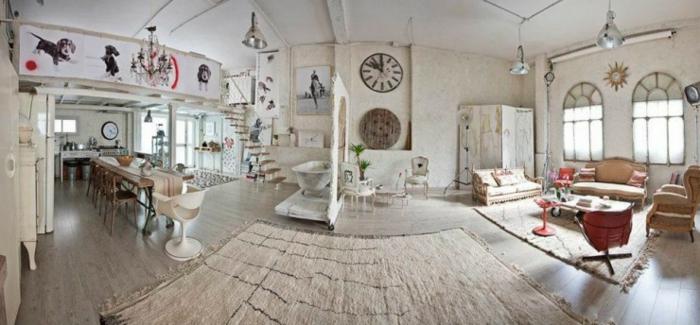 salones vintage, espacioso salon con comedor y sala de estar, paredes en blanco con grande reloj vintage