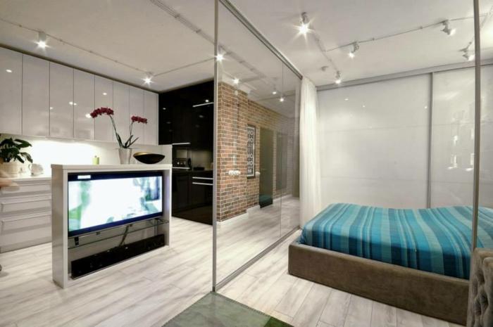 separador de ambientes, dormitorio moderno de lujo, cama doble de diseño moderno, lámparas empotradas, divisor de ambientes de vidrio