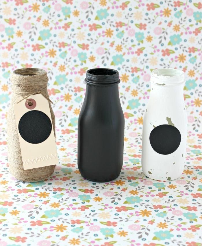 propuestas originales de manualidades con botellas, botellas de plástico pintadas y decorada de hilo cañamo, tres propuestas DIY
