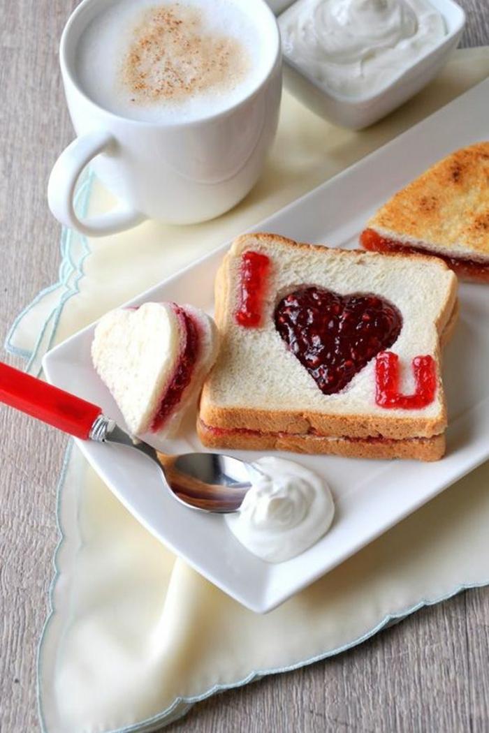 desayuno sorpresa original con tostadas decoradas de mermelada en color rojo, regalos originales para novios y novias, detalles en forma de corazón