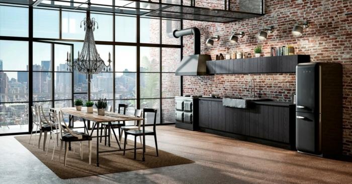cocina de encanto con grandes ventanas con vista a la ciudad, ejemplos de diseño de cocinas en estilo industrial, paredes con ladrillos y suelo de madera