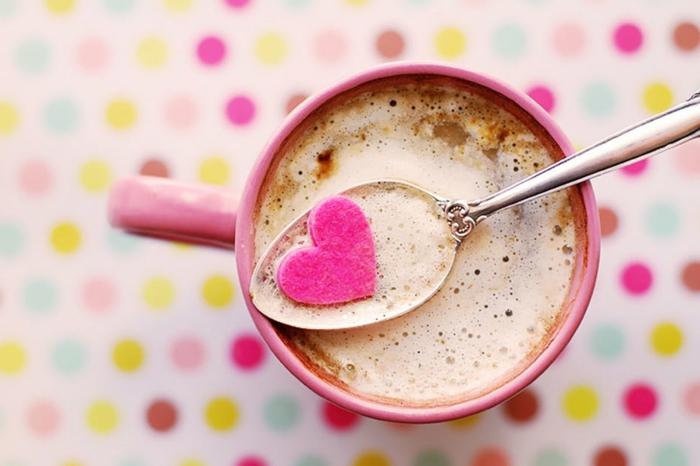 preciosas maneras de sorprender a tu pareja, taza en color rosa con café con leche, pequeño detalle en color rosado en forma de corazón