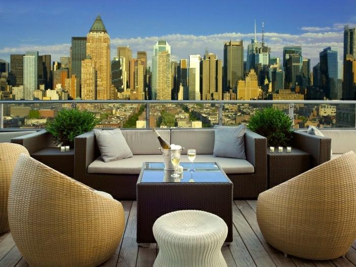 propuestas para terrazas modernas en la última planta, terrazas con encanto, sillones de rattán modernas, balcón con vista