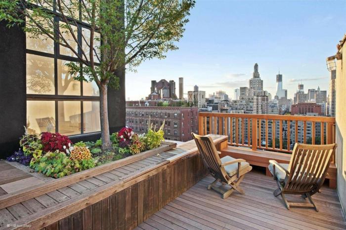 terraza de madera con vista, terrazas con encanto decoradas de manera simple, sillones modernos de madera, flores decorativos