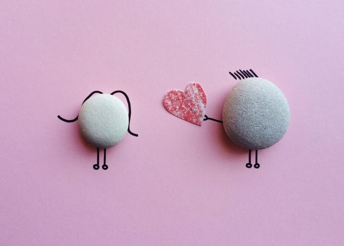 manualdiades para san valentin, sorprender a tu pareja con una tarjeta DIY con piedras ovales y dibujos románticos