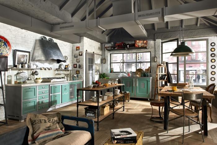 diseño de cocinas industriales, grande espacio con muchos elementos decorativos, mesas de madera y techo laminado