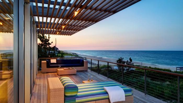 cómo decorar una terraza grande, terrazas con encanto amuebladas con piezas modernas, terraza con vista al mar