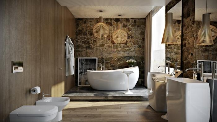 baño moderno con toque rústico, pared de piedra, suelo de parquet e interesantes lámparas, bañera exenta
