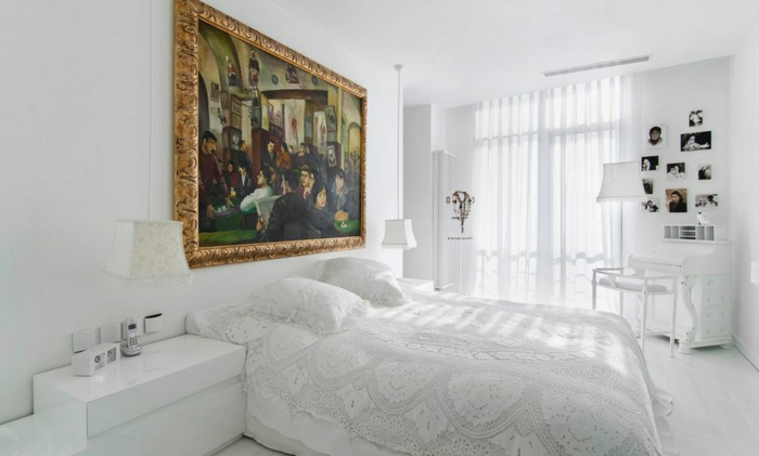 interior en blanco con punto focal en la pintura, dormitorio en estilo clásico, cuadros para dormitorios decorados en blanco