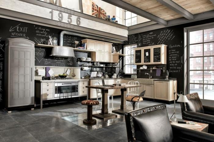 cocina decorada en gris y negro con paredes pizarra y muebles de madera, diseño de cocinas original con mucha decoración