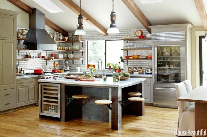 cocina en blanco con grande barra en la mitad, diseño de cocinas funcionales y bonitas, techo con vigas de madera y suelo de parquet