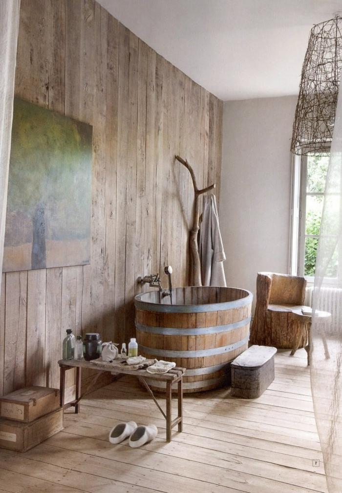 ideas de diseño de baños rusticos, revestimiento entero de madera, pintura decorativa en la pared y una bañera de madera en estilo vintage