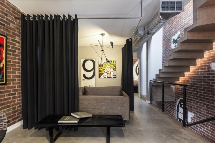 separadores. cortinas modernas hechas de satén negro, idea original para separar el espacio en tu hogar, salón en estilo industrial, muebles modernos, paredes con ladrillos