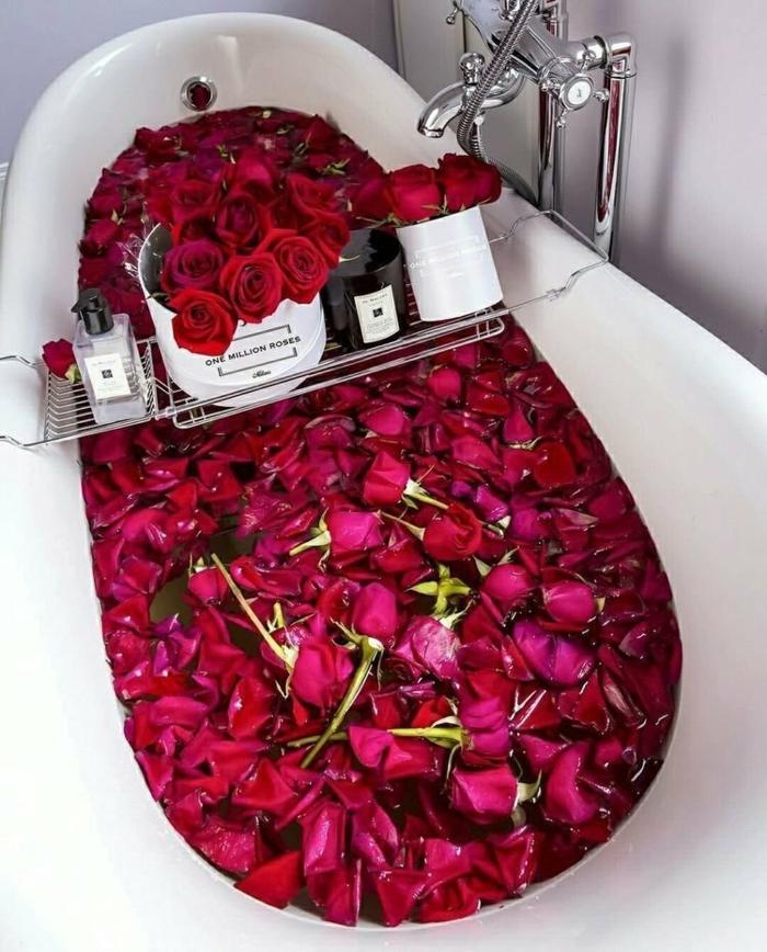 sorprender a tu pareja con una bañera decorada de rosas rojas, jarrón con flores, ideas románticas para el día de los enamorados