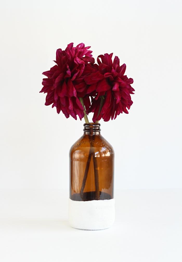 manualidades con botellas de vidrio, preciosa decoracion para la casa, botella de vidrio decorada en blanco, precioso jarrón DIY