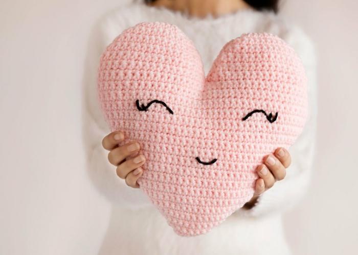 manualidades faciles para el día de san valentin, cojín decorativo en forma de corazón de tejdio en rosado