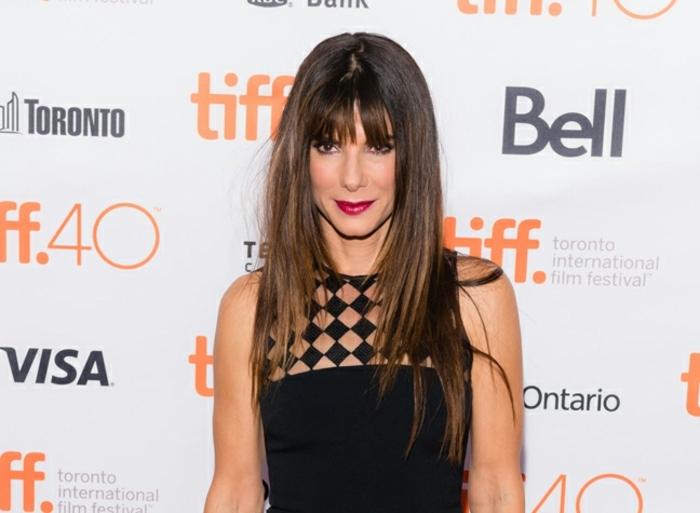 cortes de pelo media melena 2018, Sandra Bulloc con pelo largo cortado en capas y flequillo recto, tendencias pelo mujer 2018