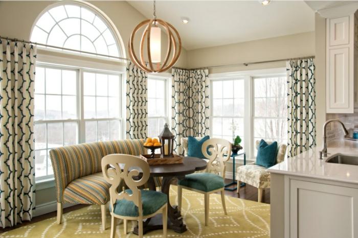 cortinas modernas, cortinas sofisticadas con estampados en verde, muebles vintage y lámpara de madera atractiva