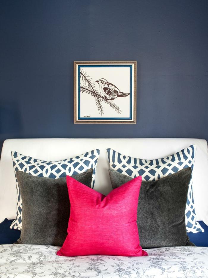 cuadro decorativo pequeño, paredes en azul oscuro, cuadros para dormitorios sencillos, cojin decorativo en ciclamen, cama moderna con cabecero en beige