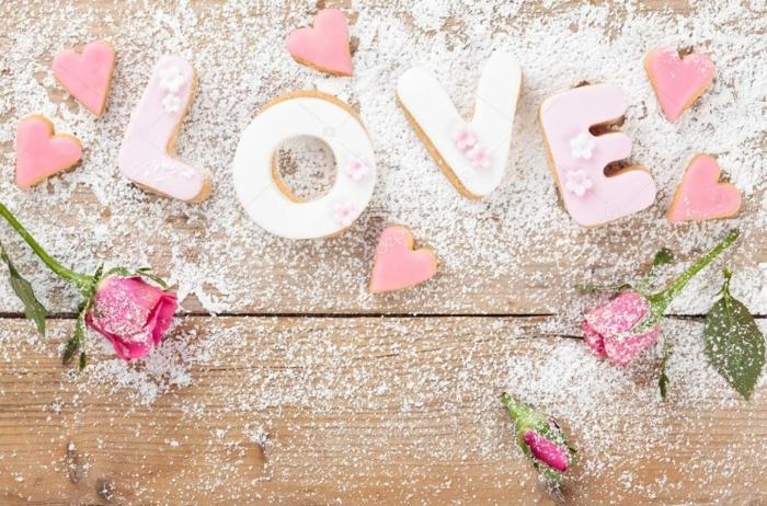 pasteles para sorprender tu novio en el dia de San Valentin, sorprender a tu pareja con galletas en forma de letras, pequeños corazones de rosado y rosas rosas