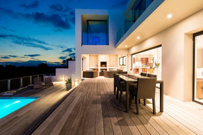 diseño de terraza en estilo contemporáneo, suelo de madera y comedor de madera, terrazas con encanto con piscina
