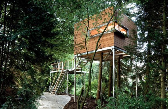 minicasas, cabaña de madera en los árboles en estilo moderno, ventana original, ideas bonitas para minicasas en la naturaleza